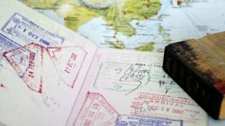 Pasaporte con mapa de fondo