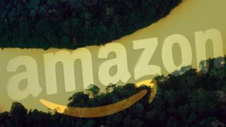 Montagem mostra logo da Amazon com o Rio Amazonas atrás