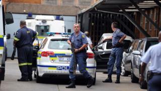 La police déployée aux abords du tribunal de Kempton Park lors de l'extradition de George Louca vers Chypre, le 10 février 2014.