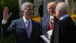نیل گورسچ، در حضور همسرش و دونالد ترامپ، در باغ کنار کاخسفید سوگند ادا کرد و رسما قاضی دیوان عالی آمریکا شد.