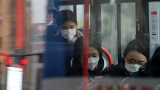마스크 쓰고 버스 탑승한 승객들
