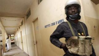 Umupolisi arinze icyumba cy'urukiko mu murwa mukuru wa Tchad, N'Djamena