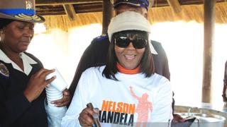 Une petite fille de Nelson Mandela, Ndilela Mandela, révèle qu'elle a été violée, il y a 5 ans, dans sa chambre à coucher par son ex petit-ami.