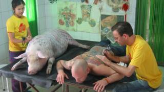 Tim Steiner sendo tatuado por Wim Delvoye
