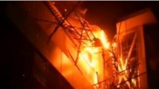 مبنى في مدينة مومباي الهندية يحترق