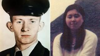 Montagem de fotos de Charles Jenkins, retratado como um jovem soldado dos EUA, e Hitomi Soga, aos 17 anos, dois anos antes de ser sequestrada
