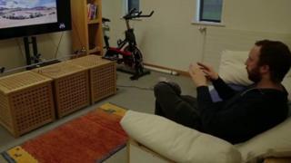 Чоловік керує телевізором за допомогою рук