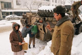 Советтик аскер кызматкери ооган балдар менен