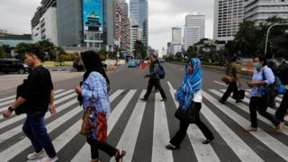 Pessoas atravessando a rua em uma avenida em Jacarta, na Indonésia, em fevereiro de 2019