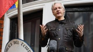 Assange Ekvador Büyükelçiliği'nin balkonundan konuştu
