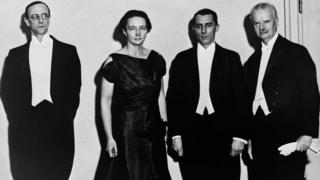 Quatre lauréats avec, de gauche à droite, Monsieur Chadwick (Physique), Madame et Monsieur Joliot-Curie (Chimie) et le Professeur Spemann (Médecine) à Stockholm, Suède en décembre 1935.
