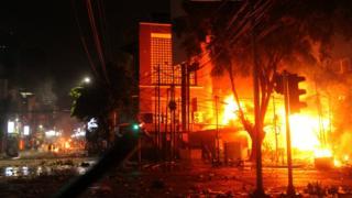 Pos polisi terbakar saat pengunjuk rasa bentrok dengan aparat pada 22 Mei 2019.