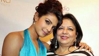 प्रियंका चोपड़ा अपनी मां मीरा चोपड़ा के साथ