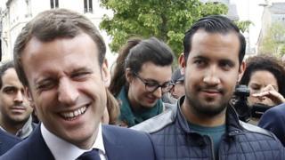 الرئيس الفرنسي ورئيس أمنه السابق بينالا في مايو أيار عام 2017