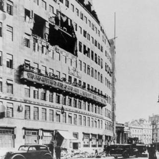 Fachada de Broadcasting House com destruição