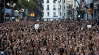 Madrid'de Adalet Bakanlığı önünde toplanan göstericiler
