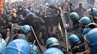 در این تصویر جمع کثیری از معترضان در برابر ستون ماموران پلیس دیده میشوند و بعضی از آنها در حال درگیری با مامورانند