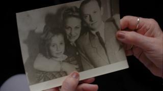 Тамар (на снимке слева) с мамой и отчимом