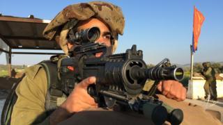Soldado da Gadsar em ponto de controle próximo a Jenin