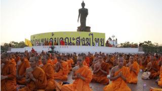 พระสงฆ์รวมตัวกันเพื่อต่อต้านบทบาทของรัฐในศาสนาพุทธ ในปี 2559 ที่สำนักงานพระพุทธศาสนาแห่งชาติ