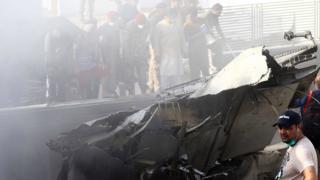 Accidente aéreo en Pakistán: se estrella un avión en un barrio residencial de Karachi, la ciudad más grande del país - BBC News Mundo