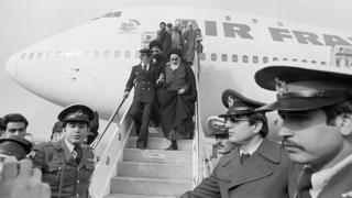 Jomeini bajando del avión de Air France que lo trajo a Teherán después de 15 años de exilio.