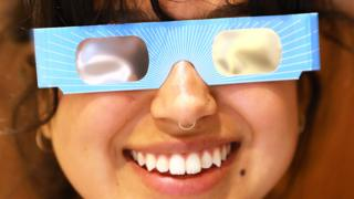 Joven con lentes de eclipse