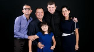 Enã Rezende com a mãe, padrasto, irmão e a irmã que também é autista