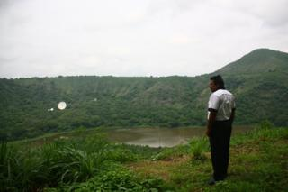 Vizinho observa lagoa de Nejapa