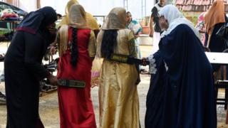 কলম্বোর একটি মসজিদে প্রবেশের আগে দুজন মুসলিম নারীর শরীরে তল্লাশি চালানো হচ্ছে।