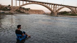 hombre sentado a la orilla del Tigris