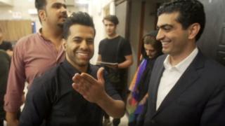مراسل بي بي سي مارتن بيشانس مع أحد مغني البوب رضا بهرام في إيران