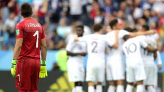 Muslera no puede creer su error, que significó el segundo gol de Francia y acabó con la ilusión de Uruguay.