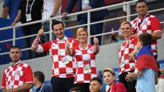 A presidente da Croácia,Kolinda Grabar-Kitarovic faz joinha em estádio na Rússia