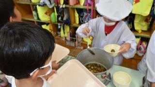 Crianças em escola no Japão