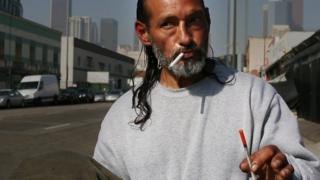 Ricardo, una de las miles de personas que viven en Skid Row.