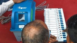 मतदानयंत्राची माहिती देताना