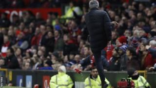Mourinho ayaa darbeeyay caag biyo ka dib markii jaallo la siiyay mid ka mid ah ciyaartoydiisa