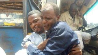 Pesin dey epp di fem director Salisu Muazu come down from truck.
