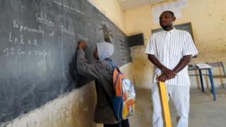 Un enseignant et son élève en classe