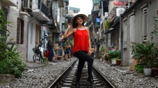 Nhiều khách nước ngoài thích chụp hình trên đường tàu Hà Nội