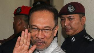 Former Malaysian opposition leader Anwar Ibrahim arrives for a court hearing in Kuala Lumpur (21 May 2015)