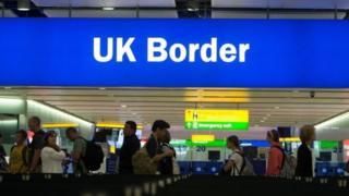 Британияга жылына жүз миңдеген мигранттар келет. Муну он миңге чейин кыскартуу чаралары каралып жатат.