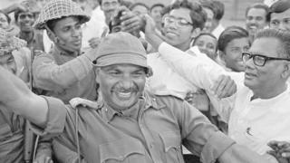 ब्रिगेडियर जनरल आर मिश्रा पूर्वी बंगालियों से घिरे हुए हैं. आर मिश्रा ढाका में भारतीय सेना का नेतृत्व कर रहे थे. 14 दिनों तक पाकिस्तान से चले युद्ध के बाद युद्धविराम पर सहमति बनी थी और बांग्लादेश का जन्म हुआ था.