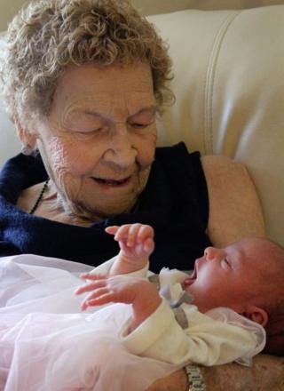 Vera Sommerfeld, 96 anos, e Callie Marsh, dois meses
