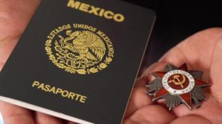 Мексиканец Эруардо Круз возвращает ордена ветеранам и их родственникам.