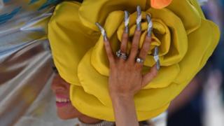 Розы и ногти - все создает единую композицию