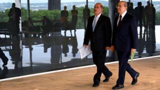 Onyx Lorenzoni (na foto, à esq.) e Eliseu Padilha caminham em corredor durante encontro onde discutiram transição de governos, em Brasília