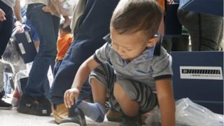 米政府が「ゼロ寛容政策」を撤回したあと、テキサス州の施設で手続きをまつ移民の幼児