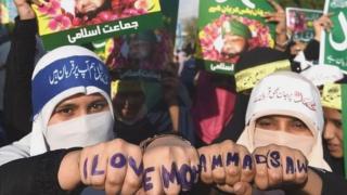 प्रदर्शन करती मुस्लिम महिलाएं